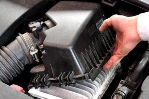 为什么老司机在排气管放块磁铁?知晓实情后,赶紧回家也放一块!