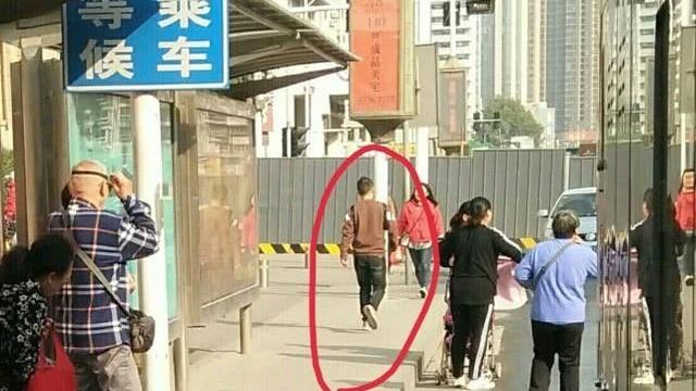 郑州一16岁女孩公交车上见男子行窃,怒吼一声吓退小偷