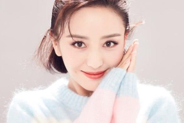 34岁的佟丽娅少女感十足,羊毛大衣内搭毛衣,时尚而精致