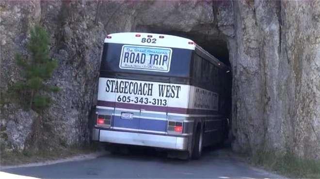 悬崖下这条窄小的隧道,老司机将巴士开进去,最后能顺利通过吗?
