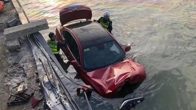 视频刷爆!豪华跑车坠海,女司机获救后大喊:孩子还在车里!诡异的一幕发生了……