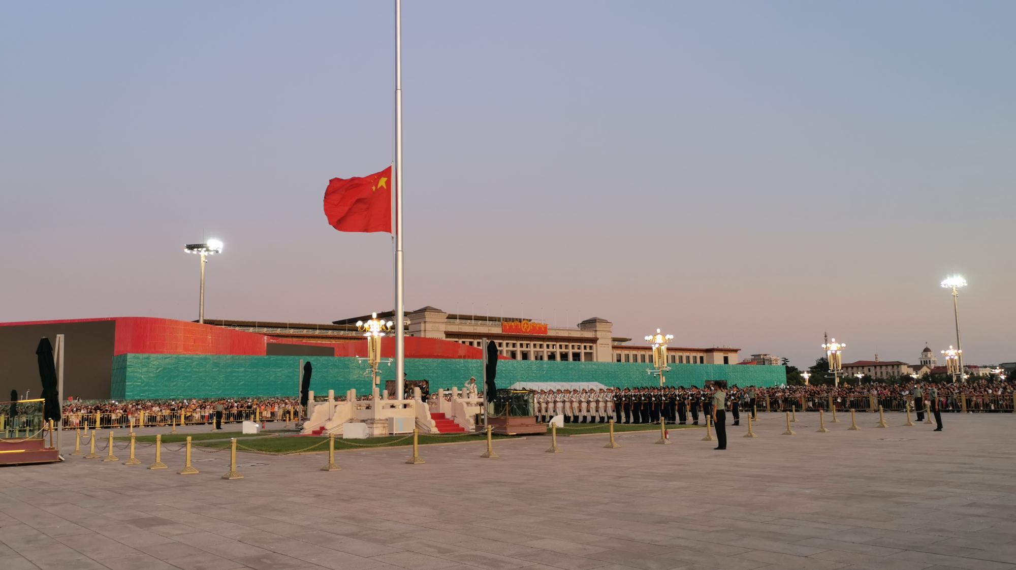 2019年8月30日18点47分,天安门广场降国旗仪式