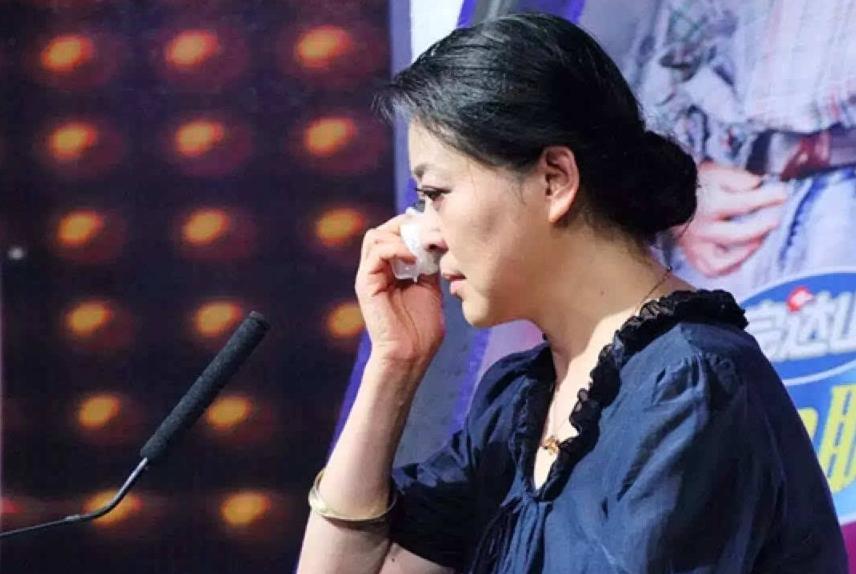 倪萍含泪晒合照,为给儿子治病,10年吃剩饭穿破鞋,还从央视辞职