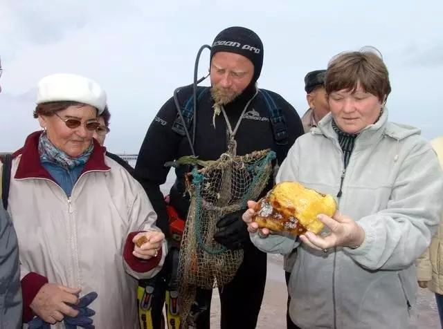 游客围观海漂料琥珀打捞