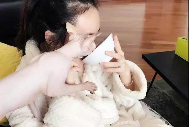网红晒爱宠,并与其一起进食遭网友吐糟:它可能刚刚舔过屁股!