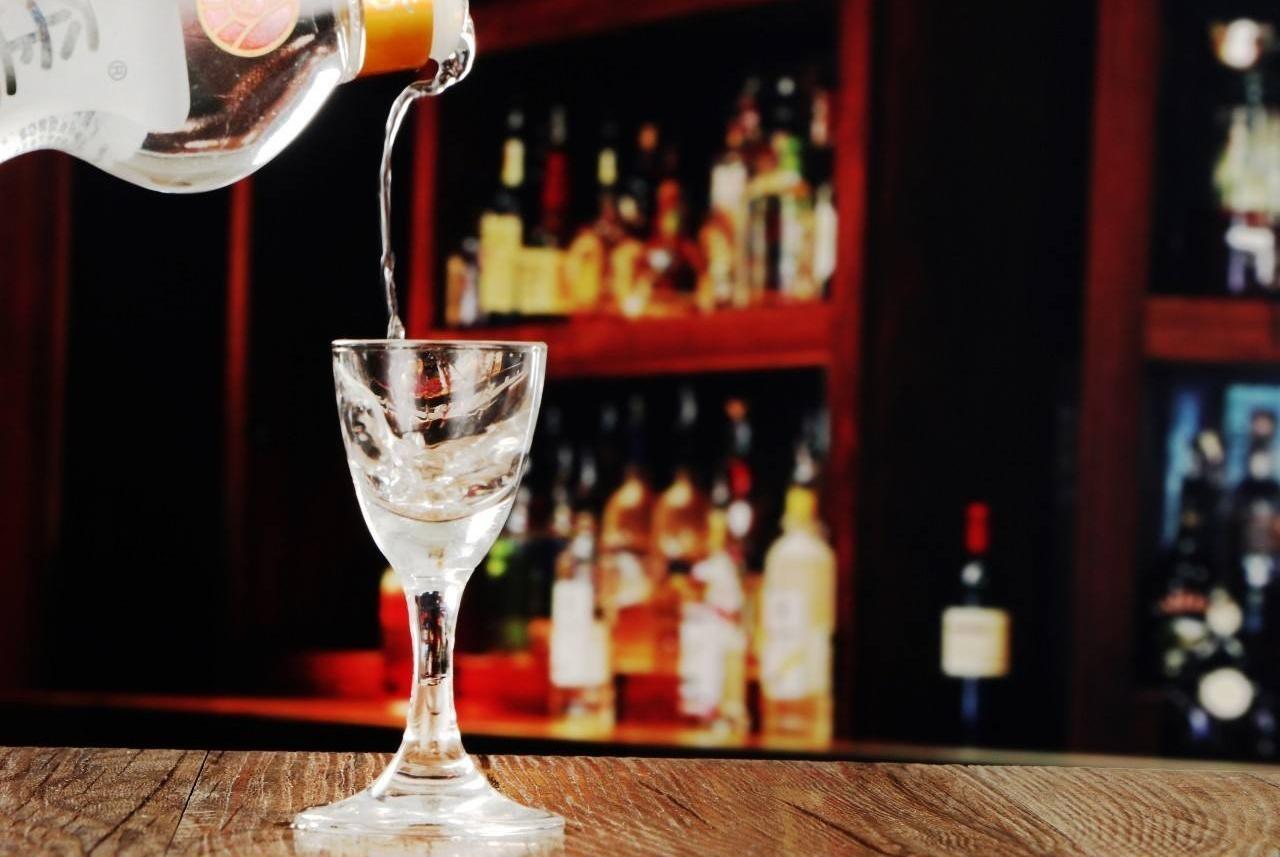 """喝酒时旁边为啥要放一杯白水?外行人看来是""""认怂""""其实是老酒鬼"""