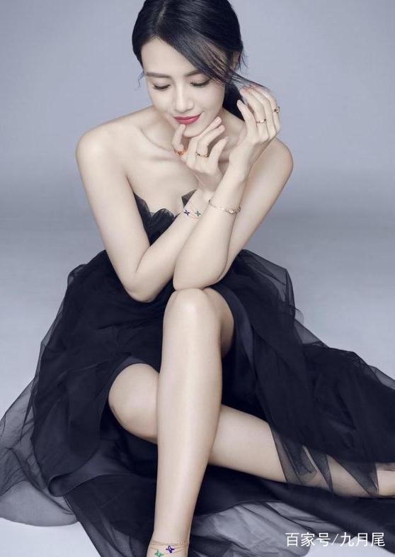 女神高圆圆身穿红色长裙,秀丽的长发随风微扬,精致的五官美丽动人!  女神高圆圆这身装扮,时尚潮流,美的自然,美的自信,而且他在娱乐圈还从无绯闻!  女神高圆圆身穿性感长裙,微微一笑十分美丽,非常有魅力!  女神高圆圆身穿黑色薄纱长裙,低头微微闭目沉思,美的自然,美的自信,而且他在娱乐圈还从无绯闻!
