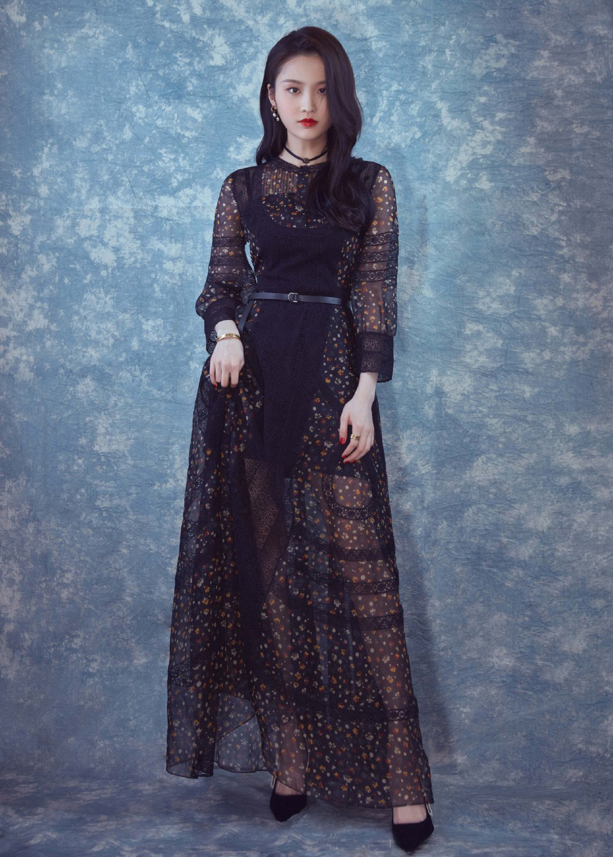 早期写真照,张慧雯身穿一袭黑色薄纱碎花长裙太美了,搭配烈焰红唇图片