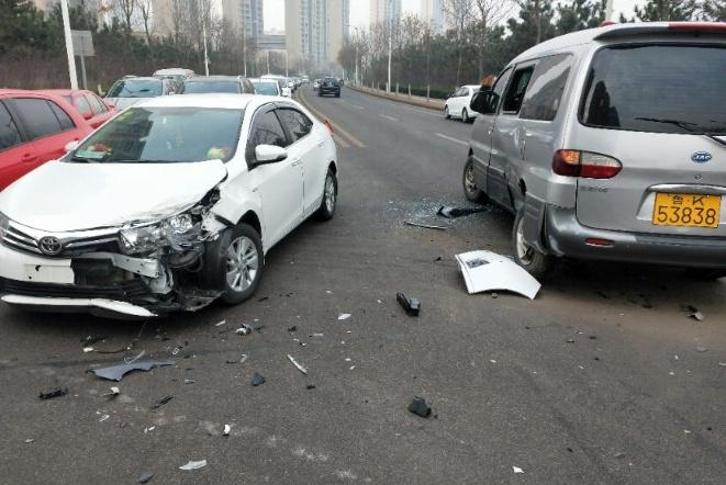 丰田卡罗拉和江淮瑞风发生碰撞 车主:这质量挺让人意外的