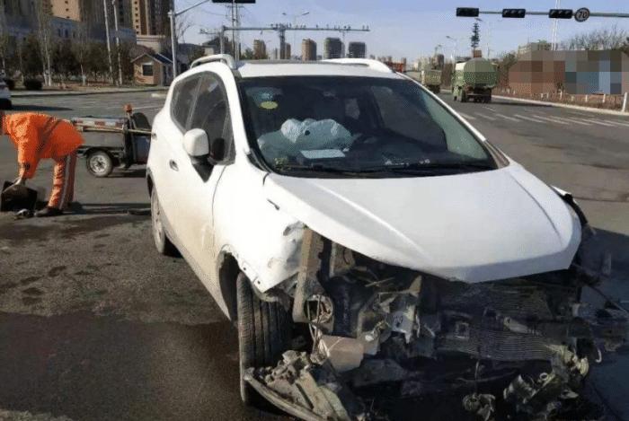 把车上弹出的安全气囊复原,需要多少钱?修车工:最少也得这个数