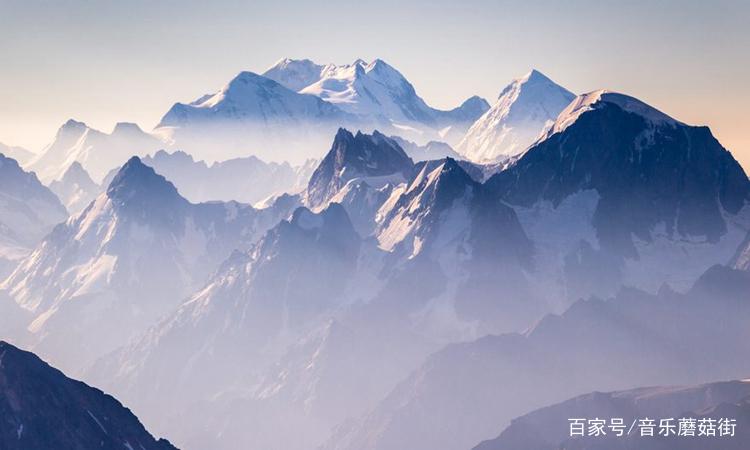 照片中大山景色非常壮观,山势雄伟,有一种独特的魅力!
