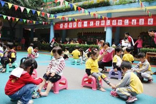 幼儿园互帮互助活动,老师发到群里的一张照片,宝妈看了不是滋味