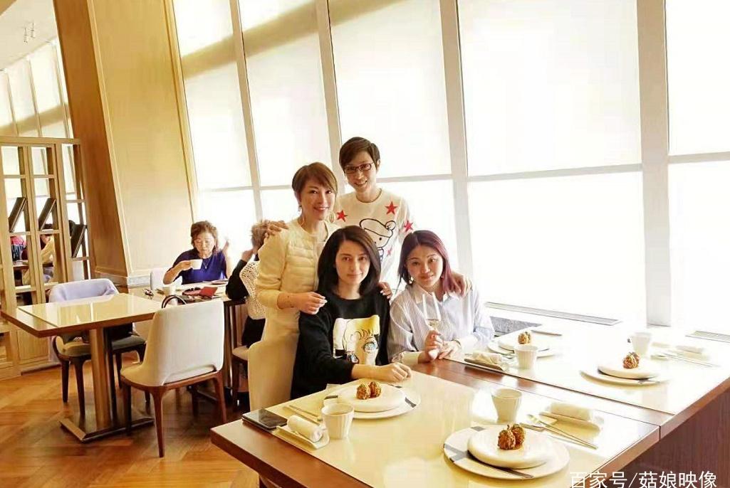 洪欣和陈法蓉组闺蜜团旅游,美人吃美食逛美景,网友却问:老公呢