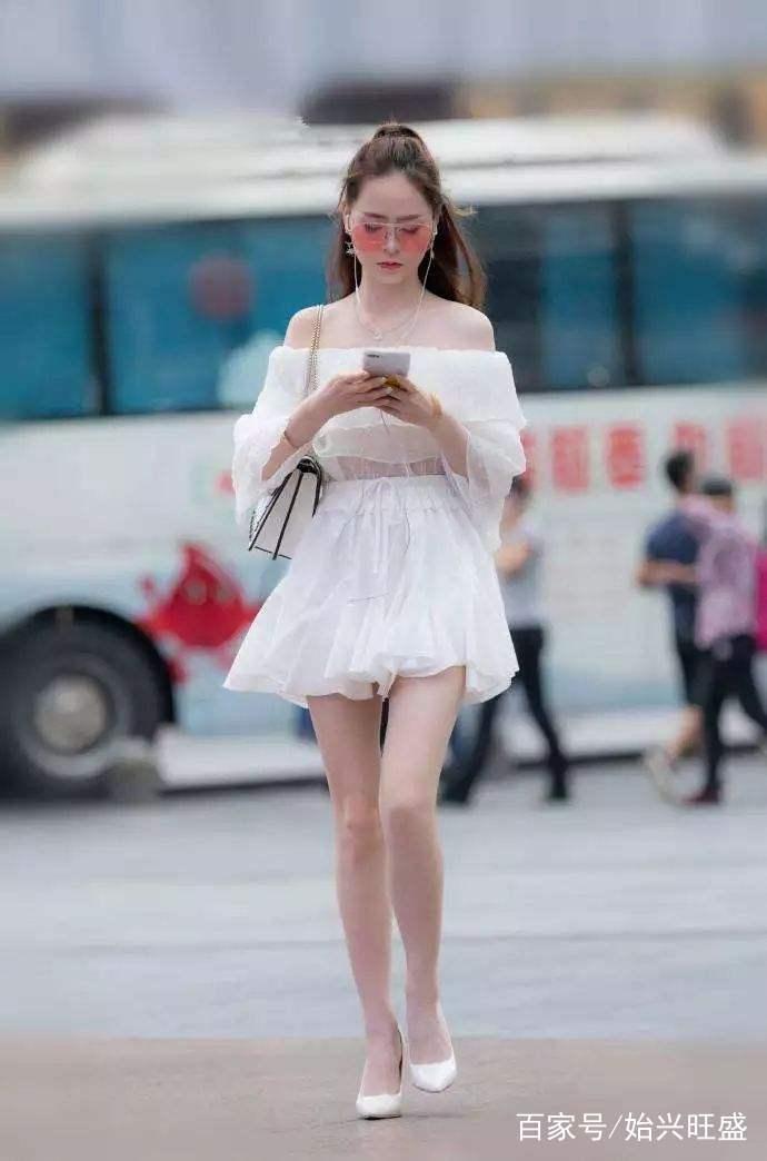 街拍:图四针织衫 牛仔短裤,美女姐姐既时尚又性感,很