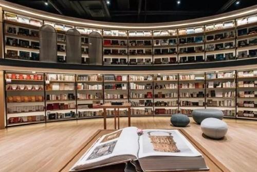 带你参观高晓松的豪宅:头次见家里装成书店,每天只招待200人