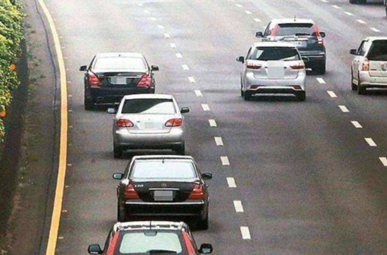 """气愤?高速公路""""恶心怪象"""",时速最快的车道,却开着最慢的车!"""