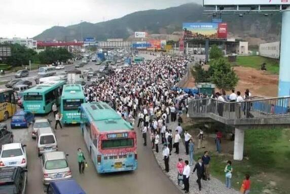 深圳民乐村,最拥挤的城中村之一,租客:出门就开始排队了