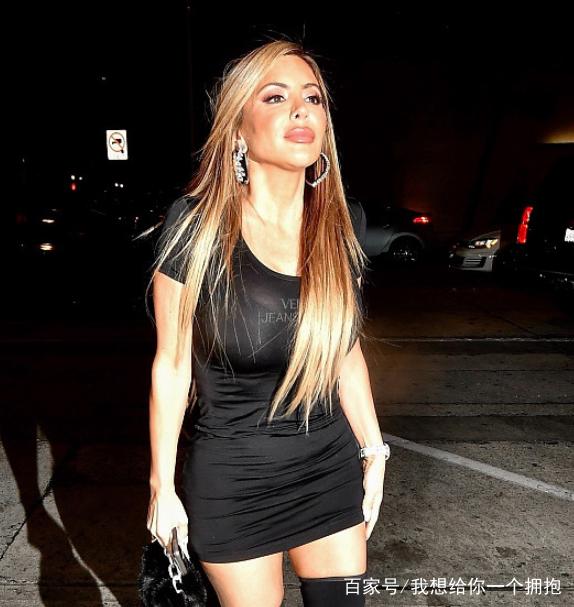 身前妻_皮蓬前妻拉尔萨紧身黑裙秀傲人上围,身材凹凸有致撩发
