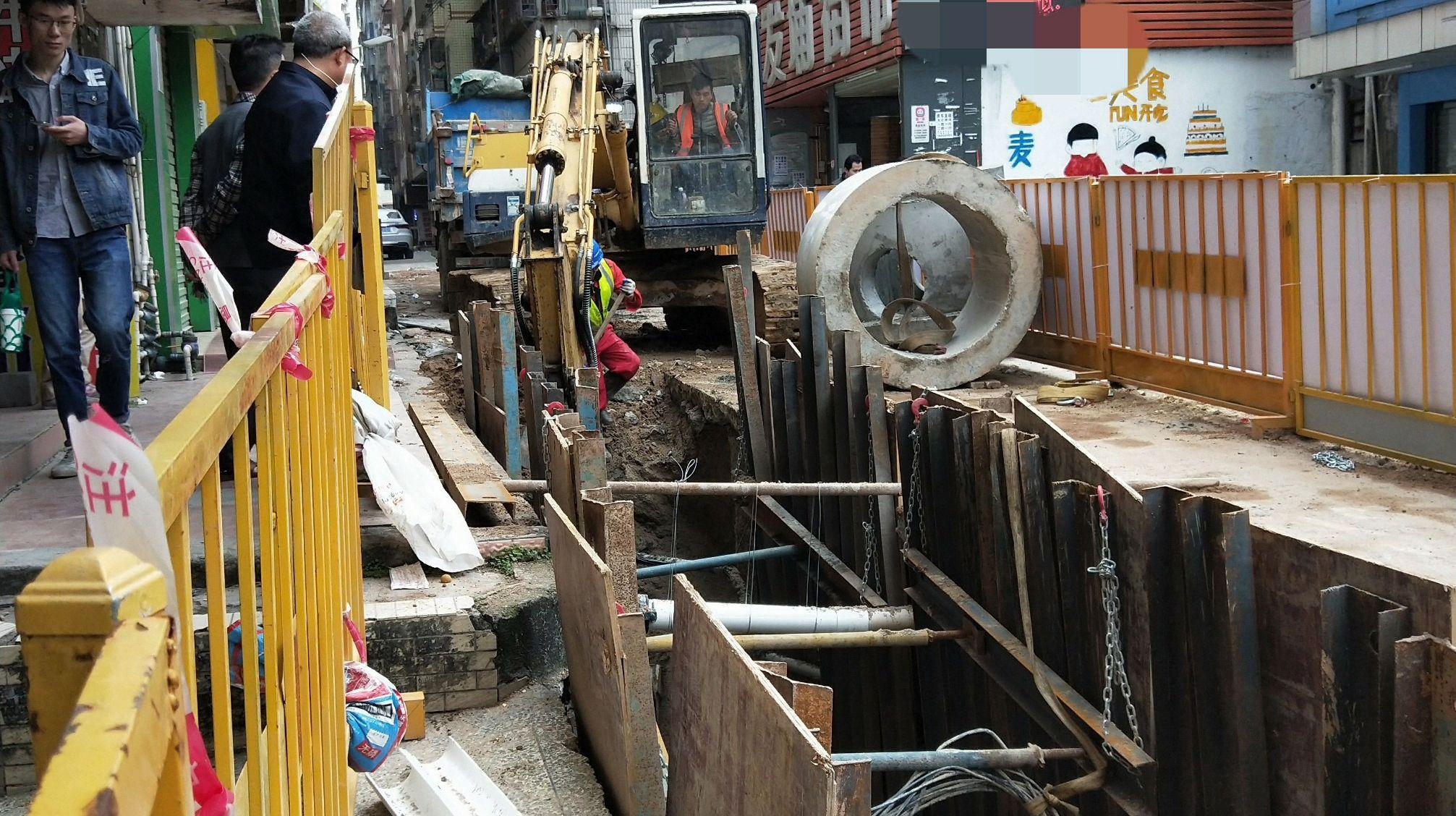 深圳城中村修路,房东:都挖到房子墙角了,楼上住着几百人呢