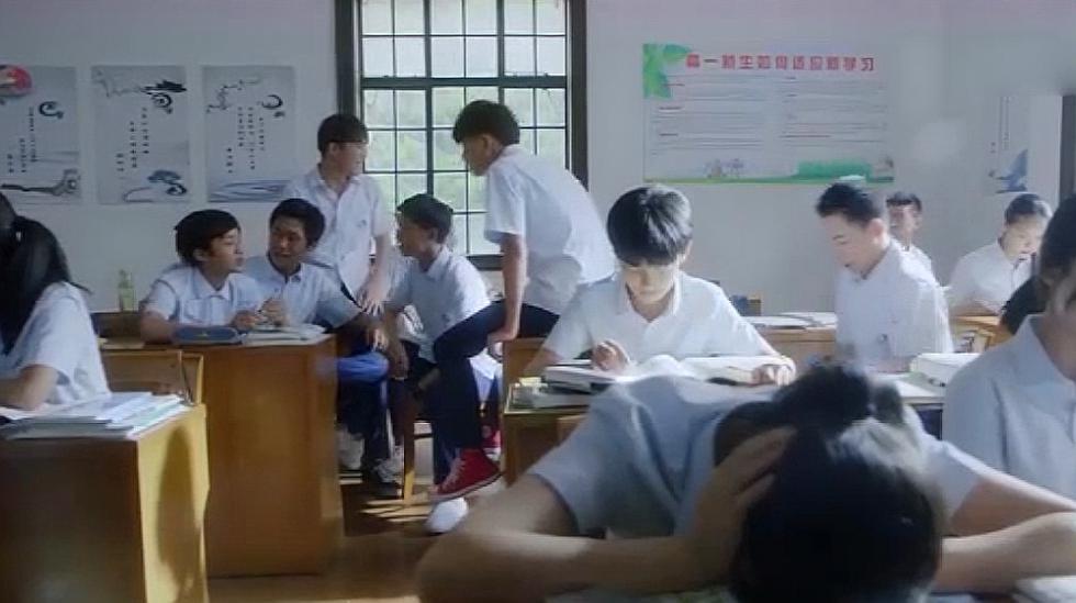 男生整蛊新来的美女老师,不料美女老师临危不乱,这下尴尬了!