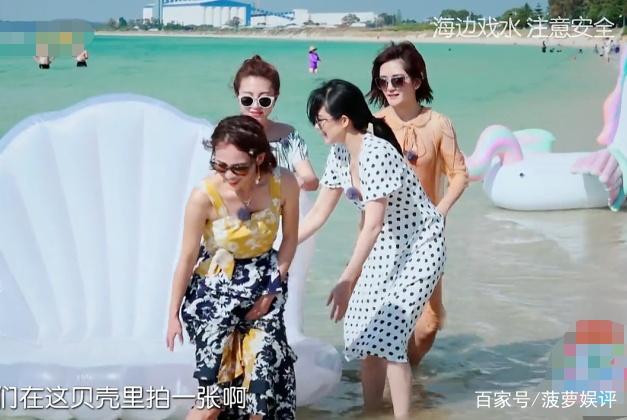 袁咏仪在泳圈上拍照,几位妻子都在远处看,唯独一人在小心保护