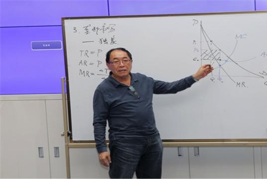 在清华大学教书的教授,每个月的工资有多少呢?很多人都猜错了!