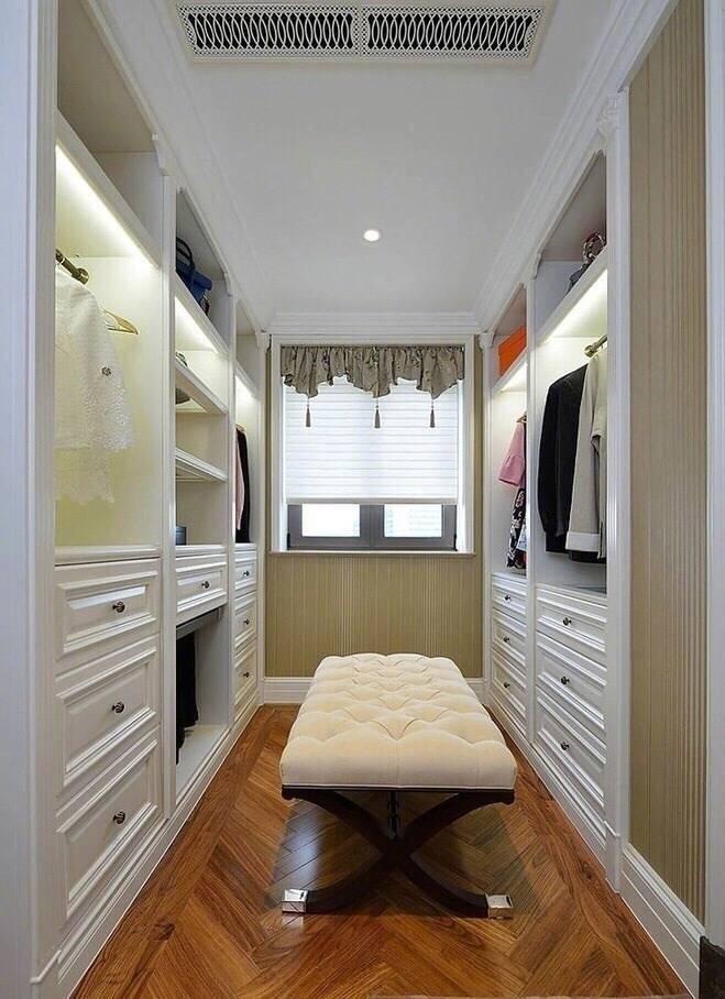 衣帽间装修设计 比较狭长的衣帽间,左边挂衣服,右边作为鞋子收纳