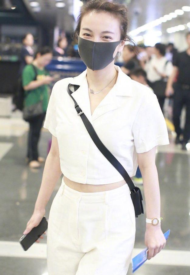 吴昕已经36岁了,最新街拍穿白色工装裤的她,秀出了苗条身材