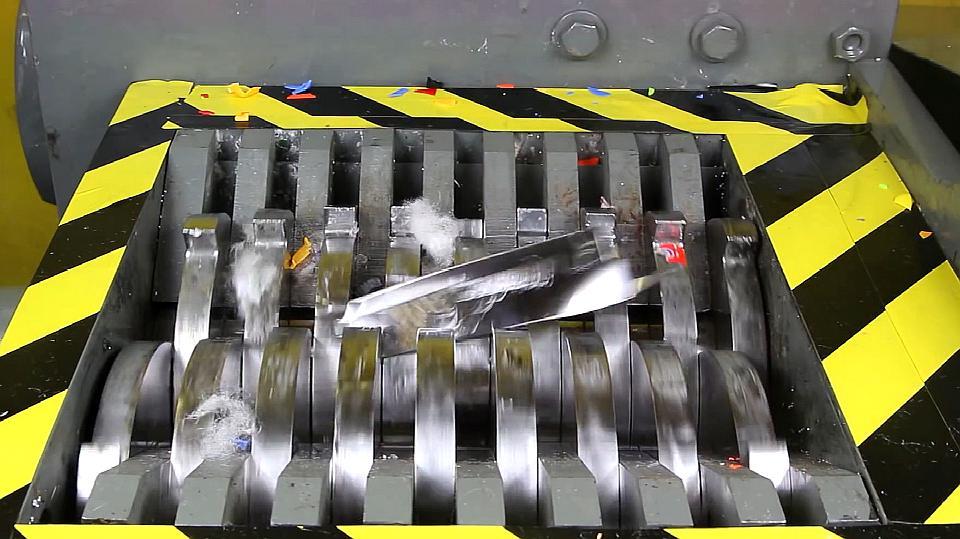 把水果刀放进粉碎机,它会被绞碎吗?一起来看下!