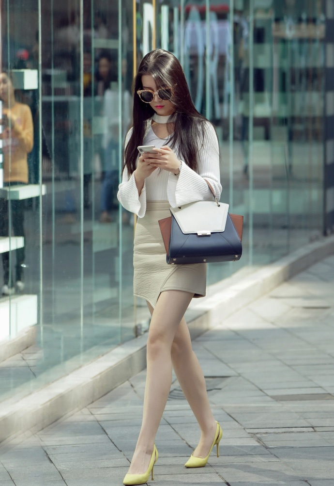 就色你姐姐_街拍:图3小姐姐青春唯美靓丽时尚,你介不介意多一个人