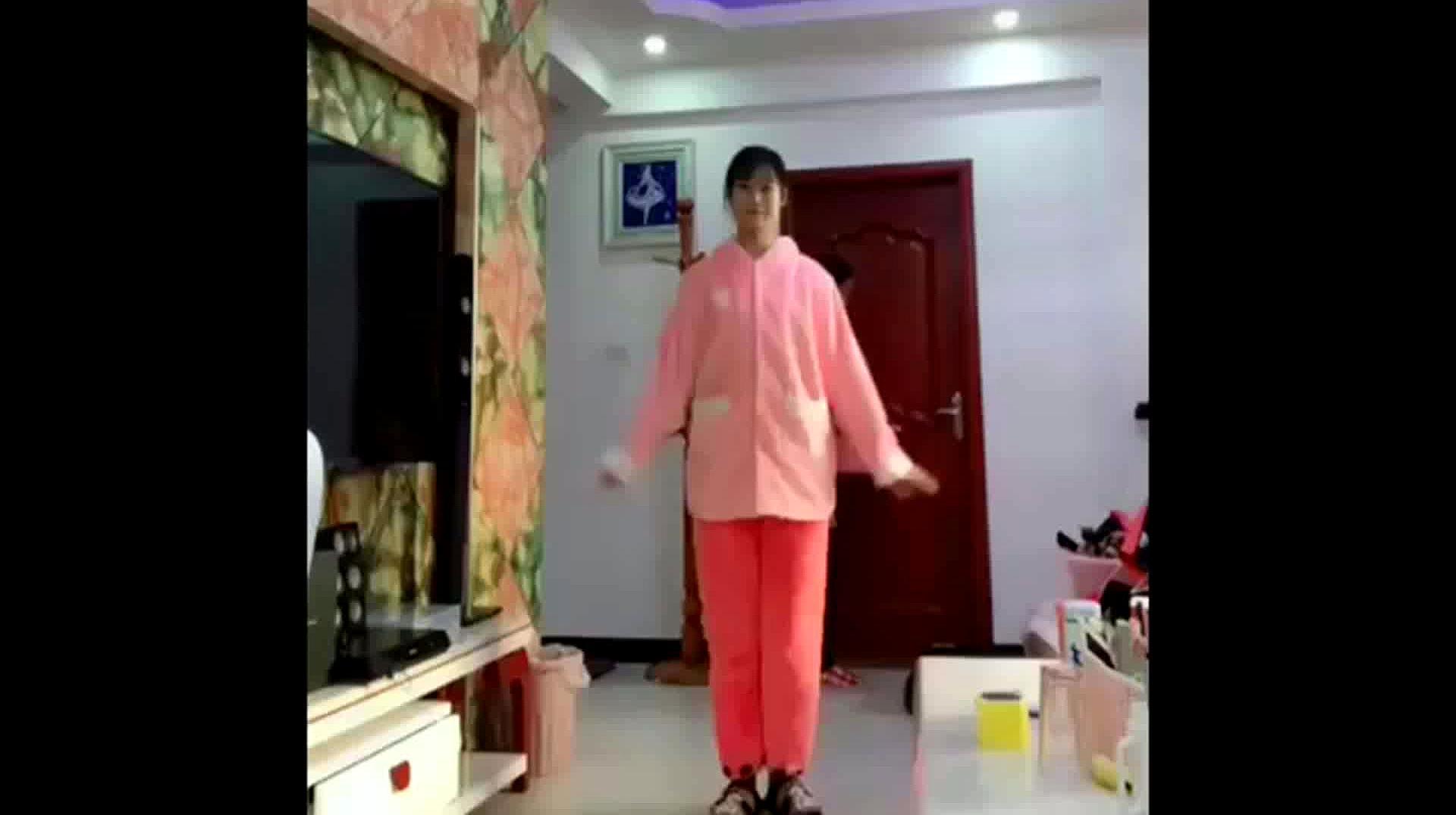 这是我的二婚老婆,她在家里跳舞,而我妈妈在干家务活!