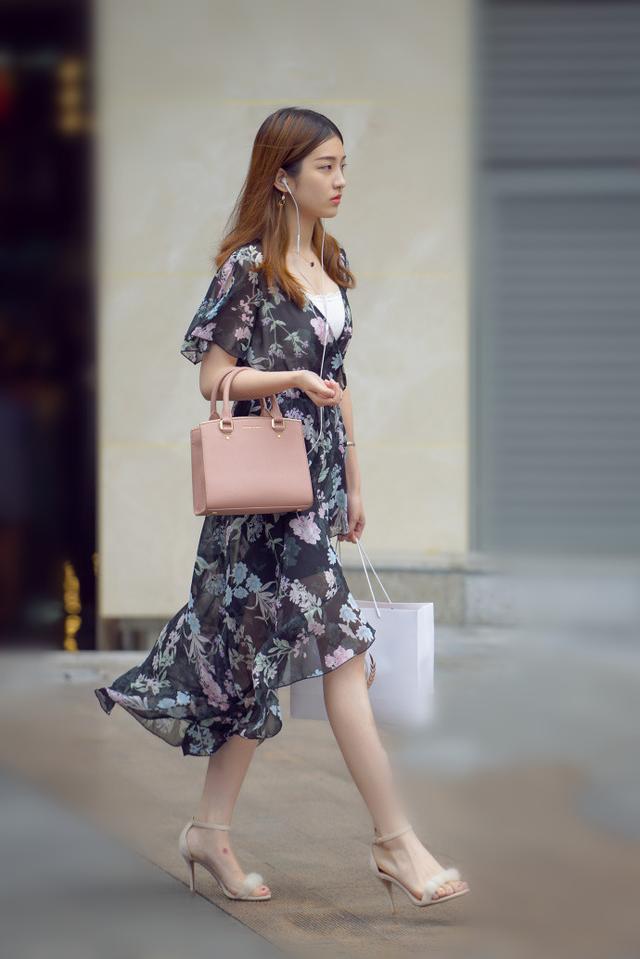 成都街拍:图1活泼,图2甜美,图3小姐姐穿的裙子好像