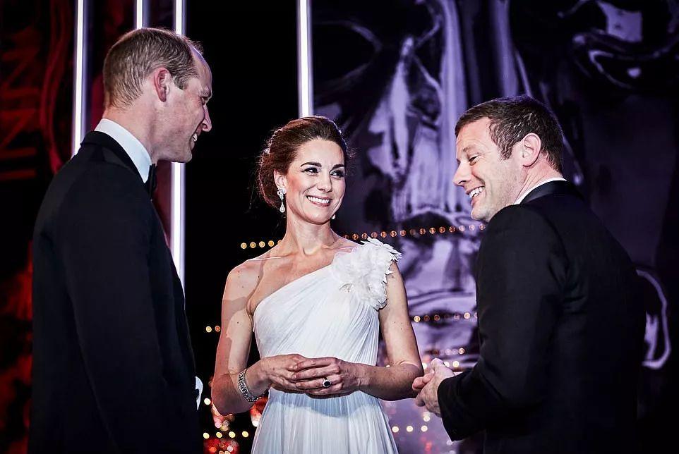 凯特王妃终于不再低调,搭配戴安娜王妃的耳环,一袭白裙耀眼夺目