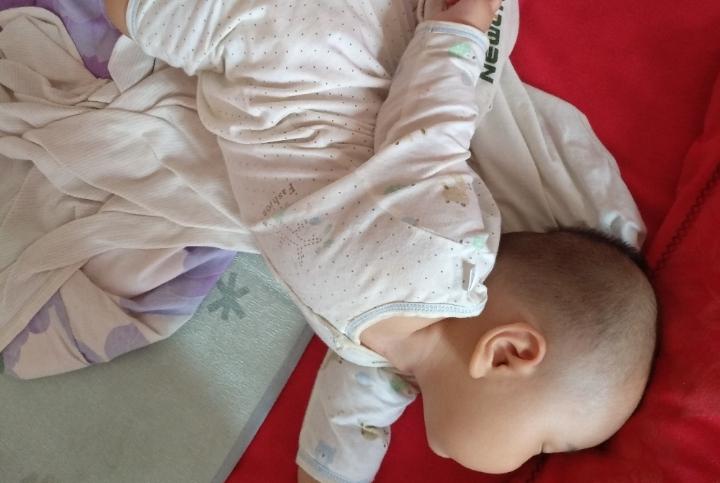 组图!宝宝搞笑睡姿大比拼,哪张你觉得最好笑?