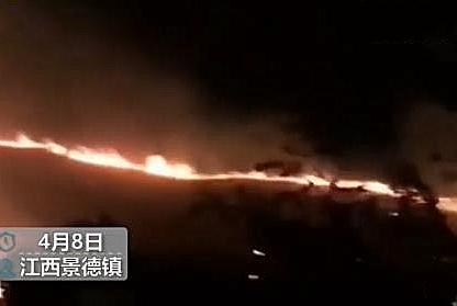 江西景德镇森林火灾,共调集330人扑救,2架直升机支援