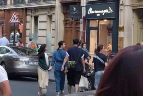 黄磊一家游法国被偶遇,13岁多多身高赶超妈妈,穿着比妈妈还成熟