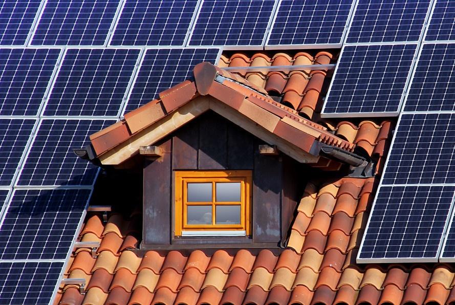 现在农村自建房,流行装这种瓦片,美观能发电,电用不完还能回收