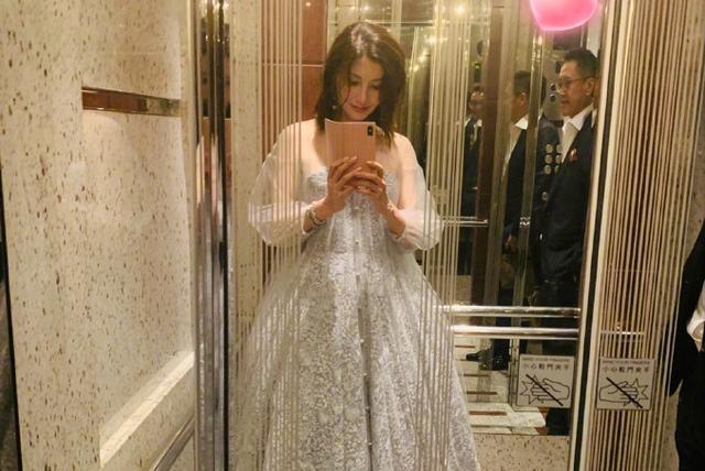 49岁李嘉欣少女心爆棚,穿蓬蓬公主裙自拍,巨钻手链太亮眼!