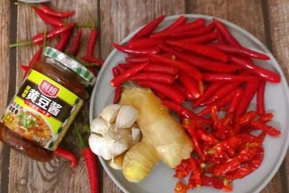 自制辣椒酱,不怕放油,就它和米饭我就能吃饱饭,你信不?