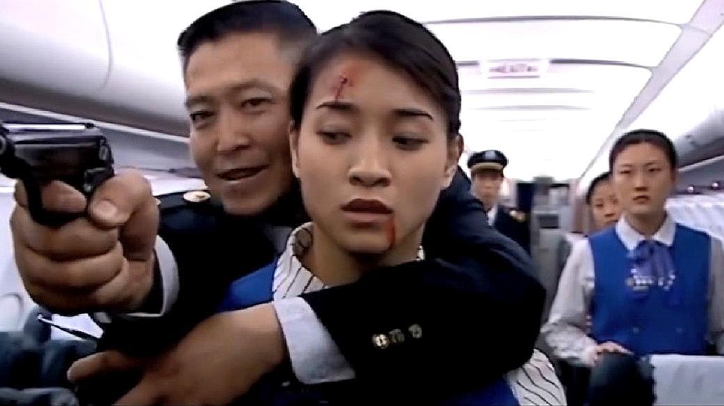 美女警察把枪藏头发下,歹徒根本没发觉,等发现时已是死期了!