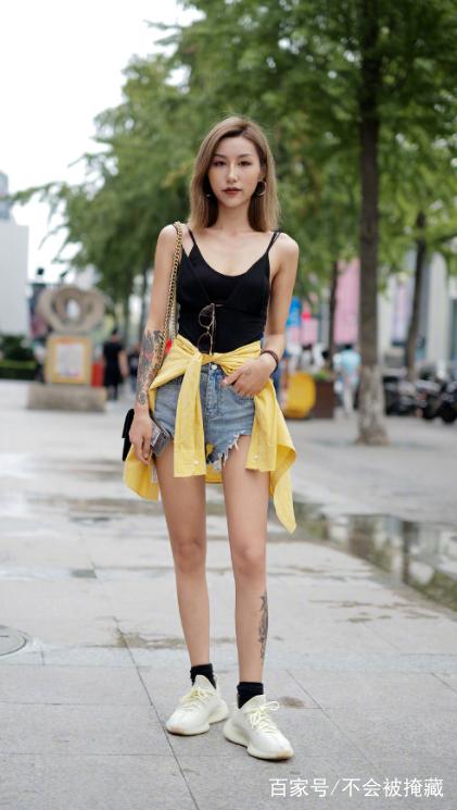 街拍:美女穿着白色背心搭配牛仔短裙,这双腿是男人的