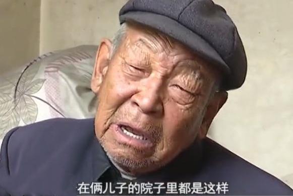 独腿老汉养大三个孩子,84岁高龄被儿媳赶出门外,称吃馒头也满足