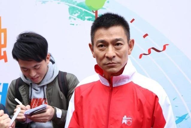 57岁刘德华参加活动如大病初愈,满脸老态状况令人担忧