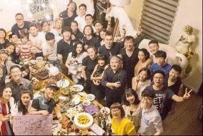 一起看刘欢的豪宅:客厅铺满高档木地板,聚餐时能容纳几十人