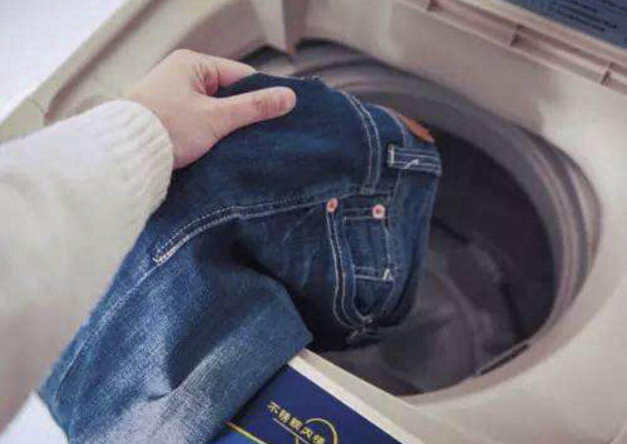 牛仔裤结实耐穿又好看,怎么洗才能不掉色呢?这样洗就可以了