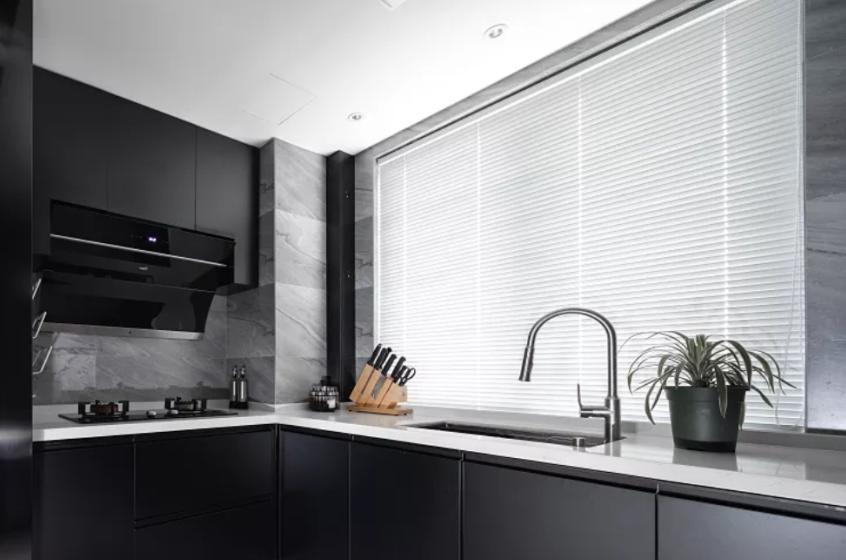 黑灰色的磨砂橱柜门,搭配白色的石英石台面和墙面擦色的瓷砖,大气耐看