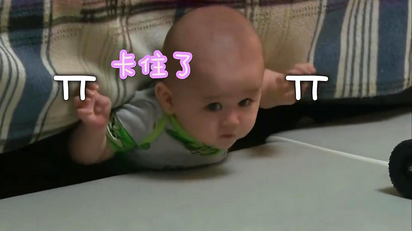 二宝被卡在沙发底下,大宝和爸爸合力营救,接下来的画面,萌翻了