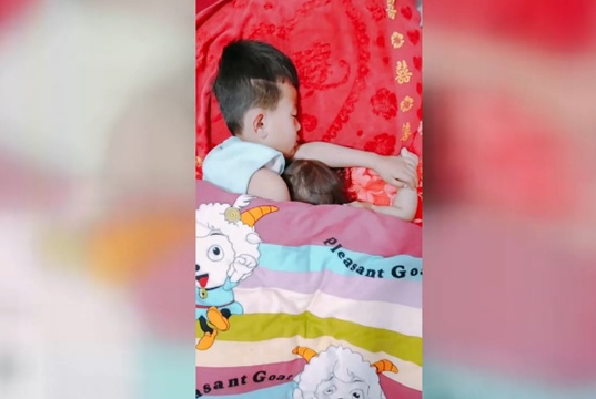 掀开被子,妈妈发现兄妹俩睡觉时是这样的画风,实在是太逗了