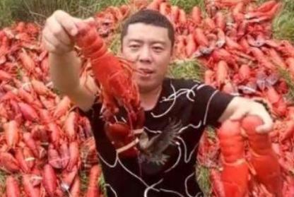 """网红""""土豪式""""吃龙虾,被网友""""喷""""到怀疑人生:有本事吃完啊!"""