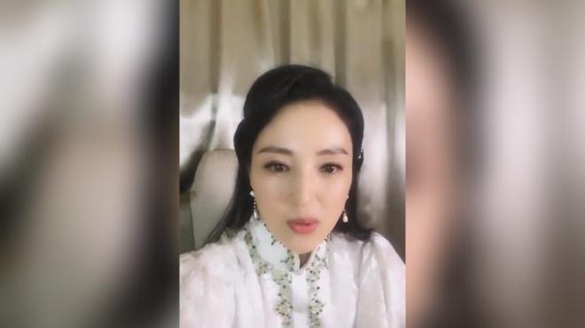 董璇直播:现场签名写错日期,网友直言一孕傻三年~
